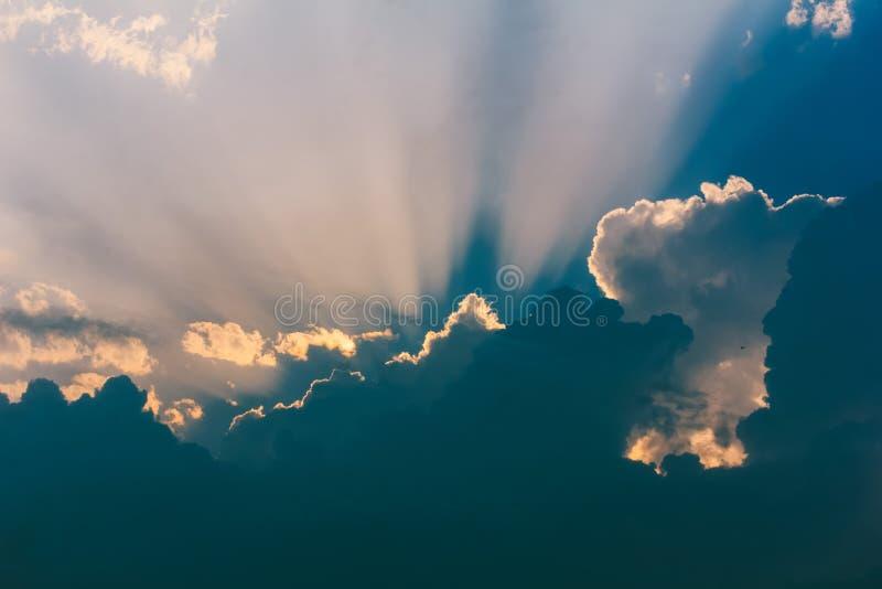 Ciel avec des rayons du soleil traversant les nuages de tempête images libres de droits
