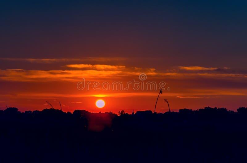 Ciel avec l'ensemble du soleil un jour chaud d'été photos libres de droits