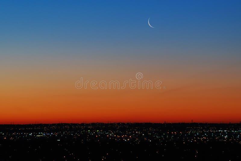 Ciel avec la lune avant lever de soleil photographie stock libre de droits