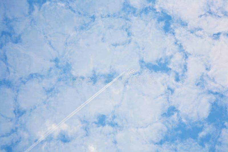 Ciel avec la structure de nuage et la traînée de condensation harmoniques images libres de droits