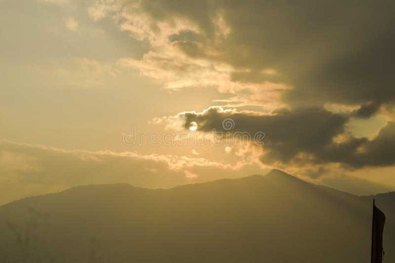 Ciel avec les nuages et le soleil Nuages de tempête et ciel d'orang-outan Les rayons de lumière du soleil reflète dedans des nuag photographie stock libre de droits