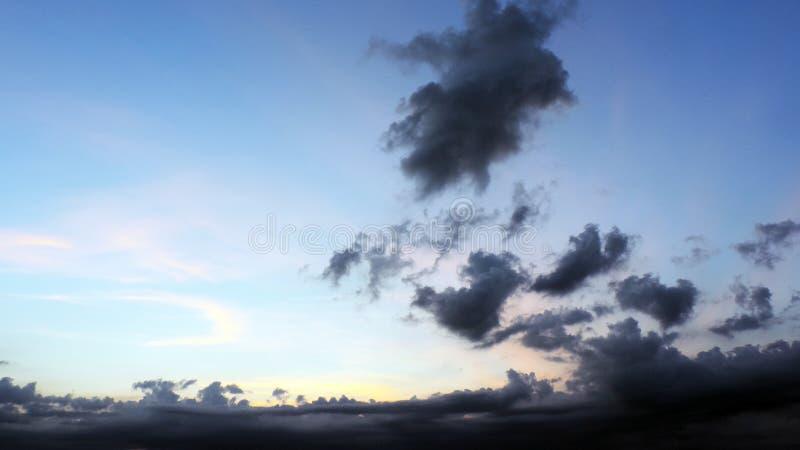 Ciel avec les nuages foncés photographie stock