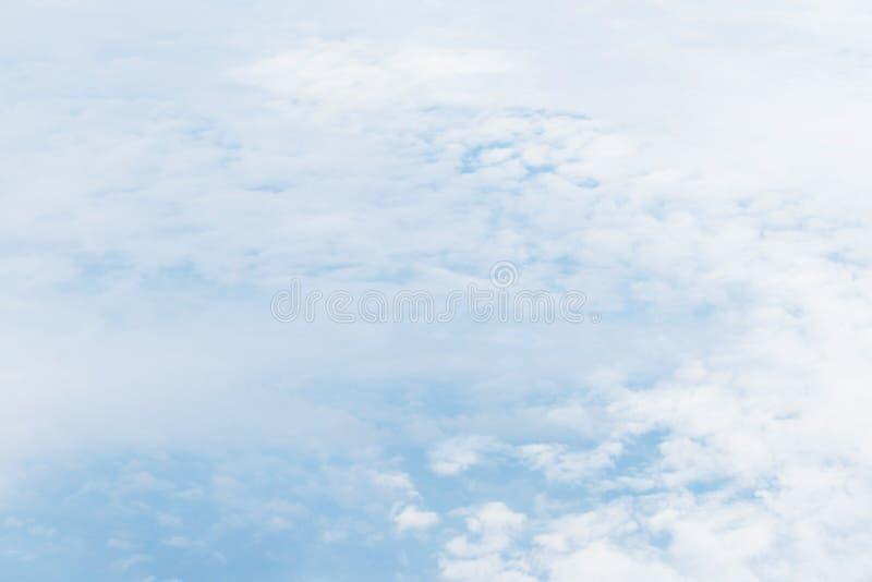 Ciel avec pelucheux photo libre de droits