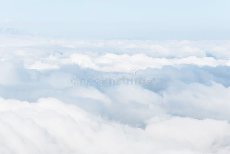 Ciel avec pelucheux photos stock