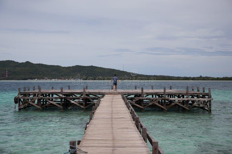 Ciel bleu à l'océan de jawa de Karimun images libres de droits