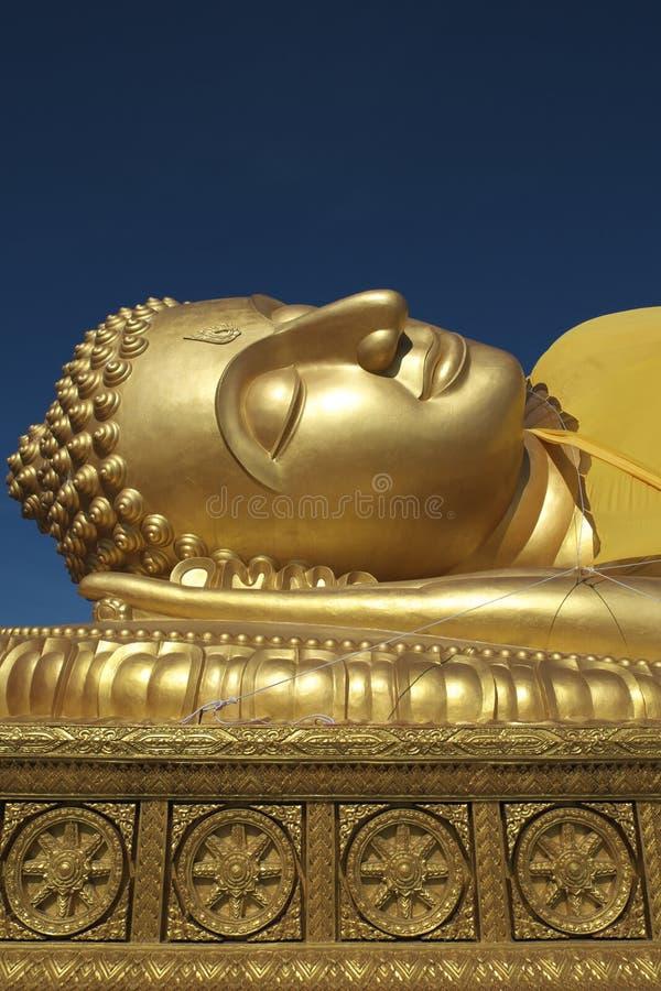 Ciel bleu étendu d'or Songkla de Bouddha et de Dhammajak photos stock