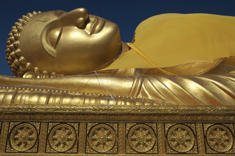 Ciel bleu étendu d'or Thaïlande de Bouddha et de Dhammajak photographie stock libre de droits