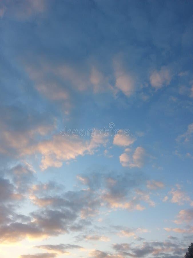 Ciel bleu au crépuscule images libres de droits