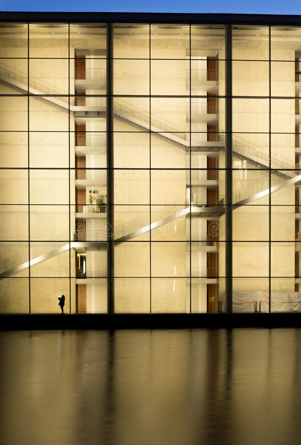 Ciel bleu au-dessus d'un bâtiment moderne photos libres de droits