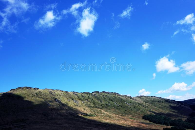 Ciel bleu au-dessus d'une montagne image libre de droits