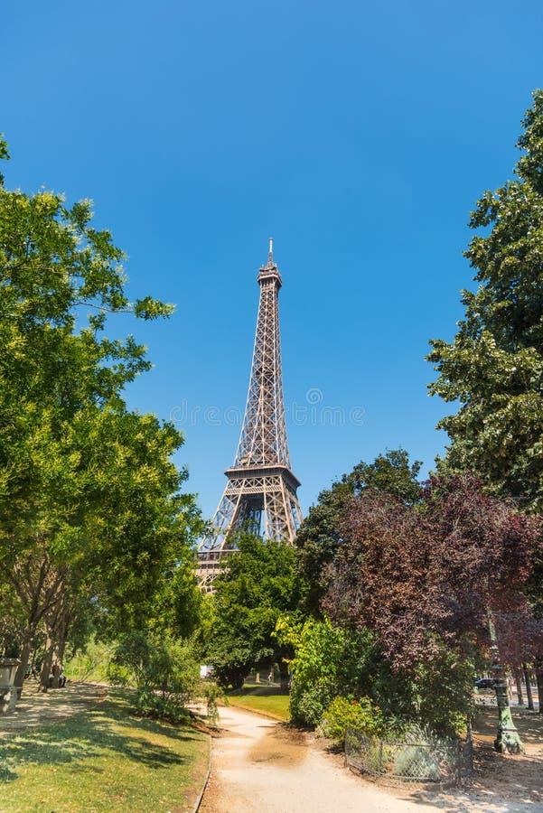 Ciel bleu au-dessus de Tour Eiffel de renommée mondiale à Paris photos libres de droits