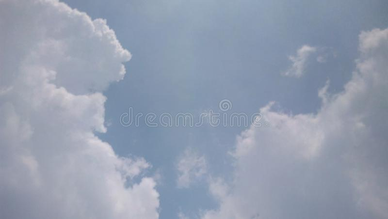 Ciel bleu au matin photographie stock