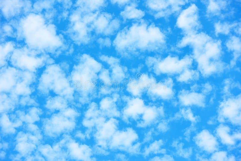 Ciel bleu avec beaucoup de petits nuages blancs photographie stock libre de droits