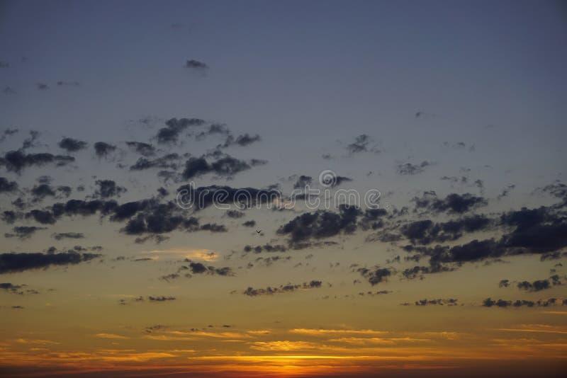 Ciel bleu avec de petits nuages après crépuscule Temps de coucher du soleil aujourd'hui images stock