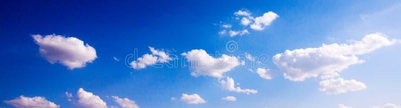Ciel bleu avec des cumulus photos libres de droits