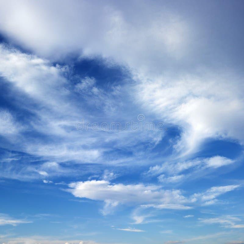 Ciel bleu avec des nuages. images stock