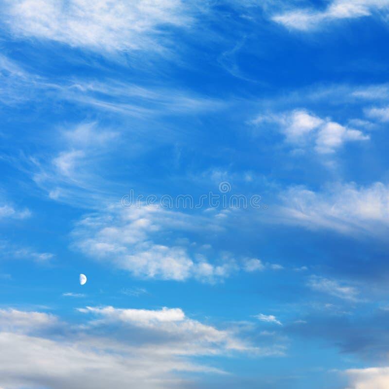 Ciel bleu avec des nuages. image stock