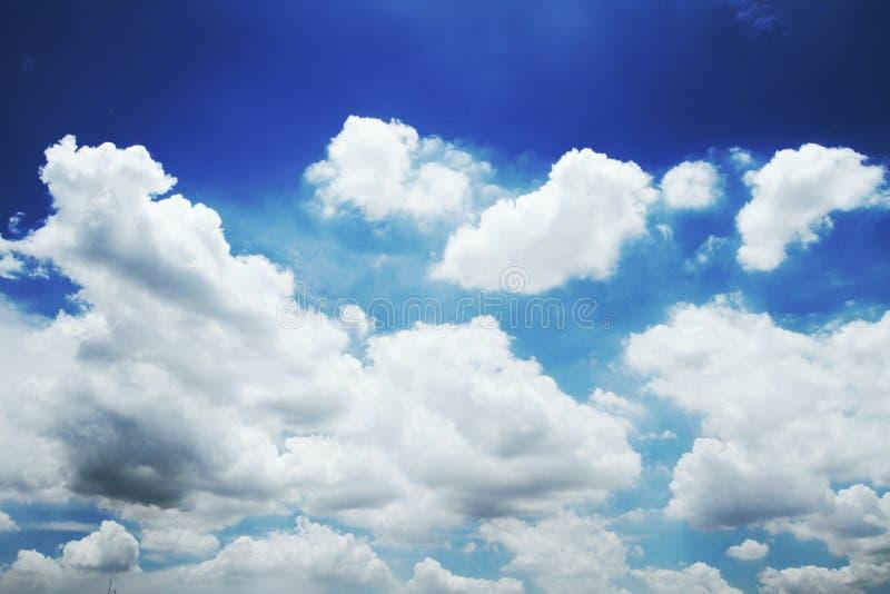 Ciel bleu avec des nuages images stock