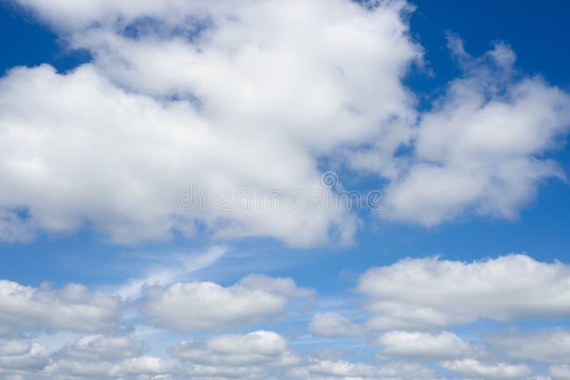 Download Ciel Bleu Avec Des Nuages Au-dessus D'horizon Image stock - Image du bleu, nuageux: 87704431