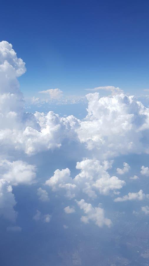 Ciel bleu avec des nuages Avion en ciel images stock