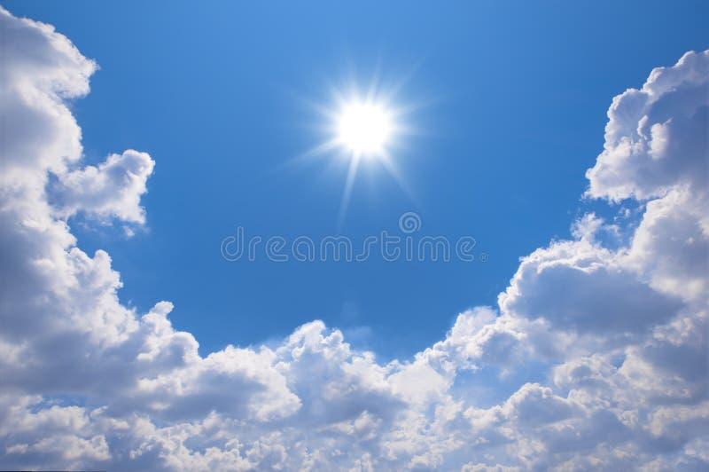 Ciel bleu avec des nuages et la réflexion du soleil Le soleil brille lumineux dedans photographie stock