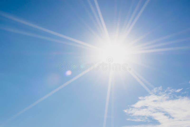 Ciel bleu avec des nuages et la réflexion du soleil Le soleil brille lumineux dedans images stock