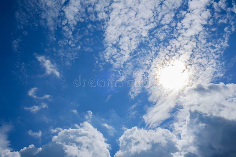 Ciel bleu avec des nuages et la réflexion du soleil Sun brille lumineux pendant la journée en été image stock