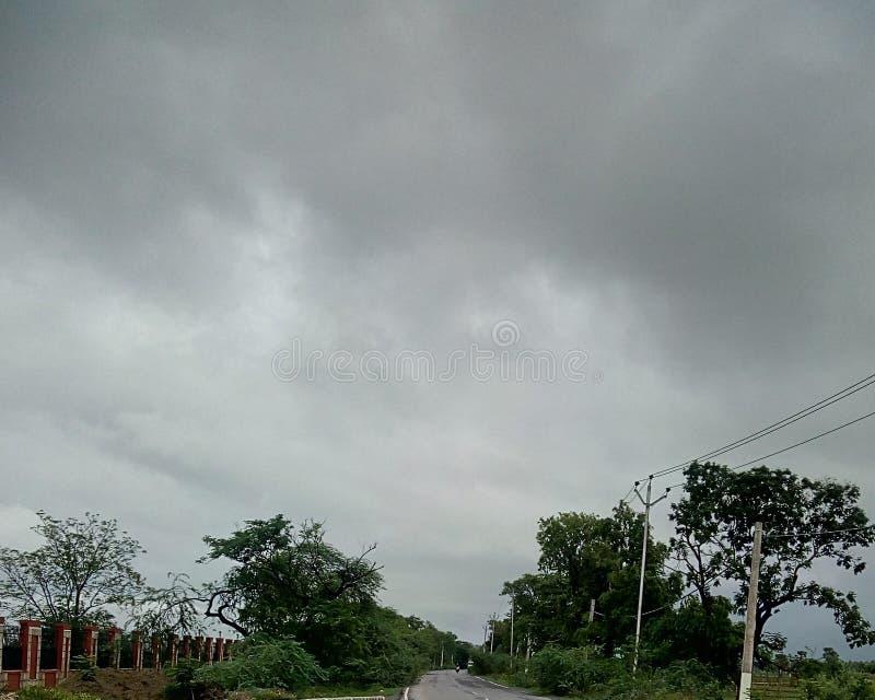 Ciel bleu avec des nuages images libres de droits