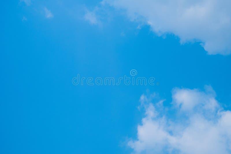Ciel bleu avec des nuages pour le fond images libres de droits