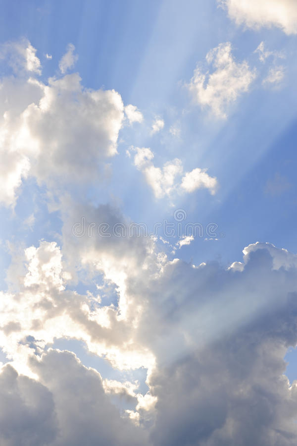 Ciel bleu avec des rayons du soleil photos stock