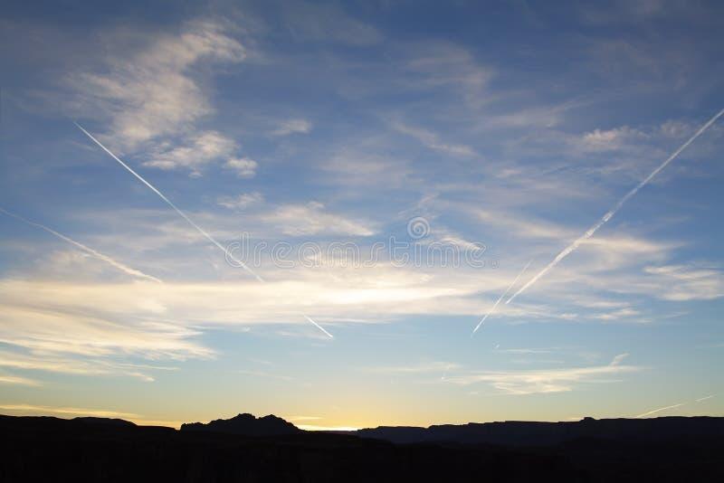 Ciel bleu avec disperser des nuages photos stock