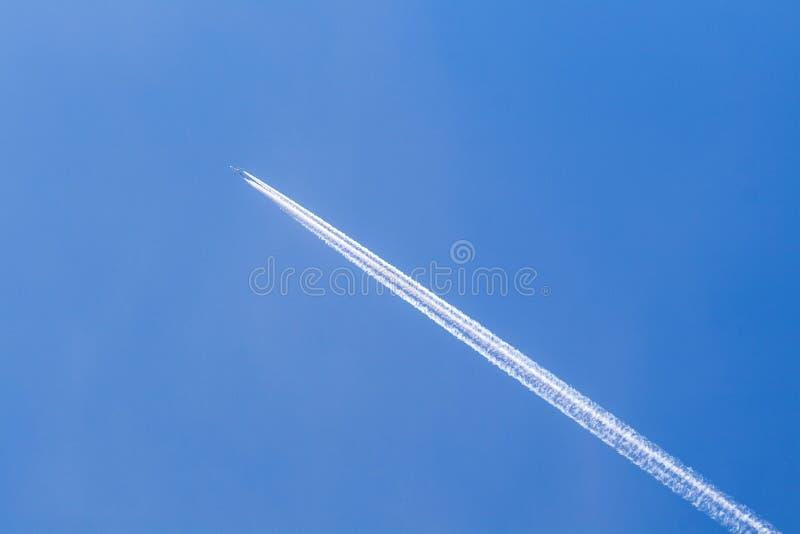 Ciel bleu avec la traînée de condensation photo stock