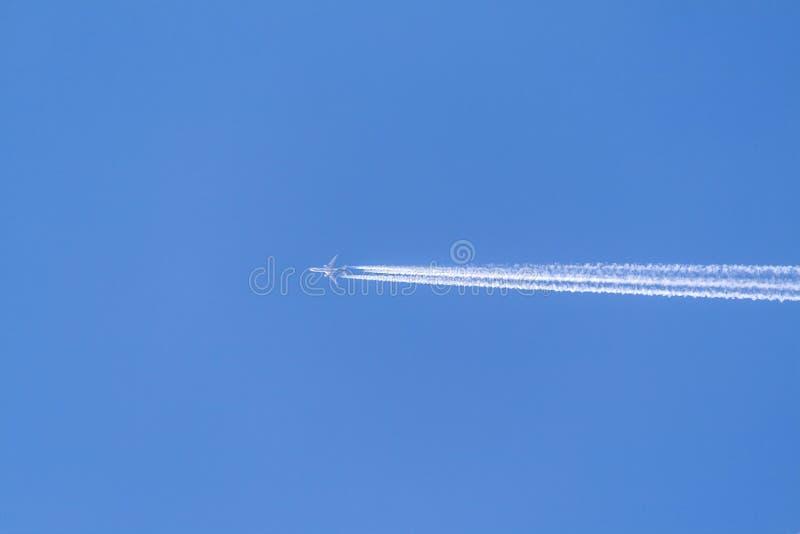 Ciel bleu avec la traînée de condensation photographie stock libre de droits