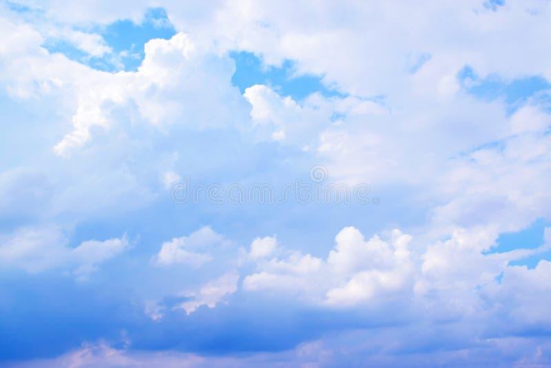 Ciel bleu avec le fond de nuages image libre de droits