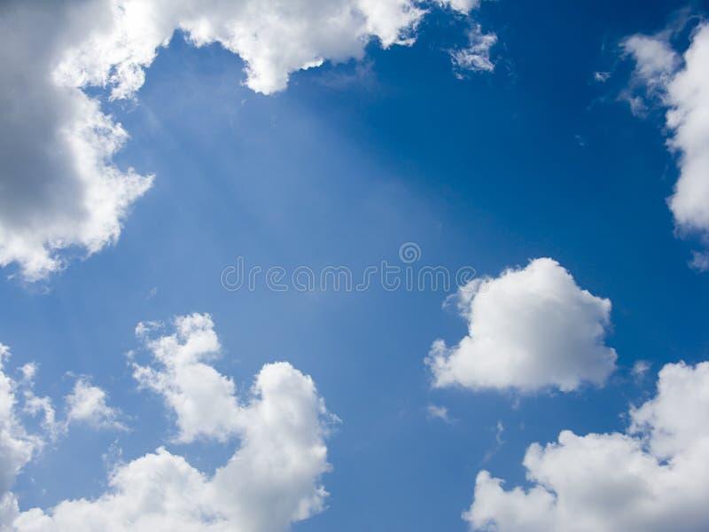Ciel bleu avec le fond de nuages photo stock