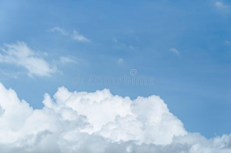 Ciel bleu avec le grand nuage photographie stock