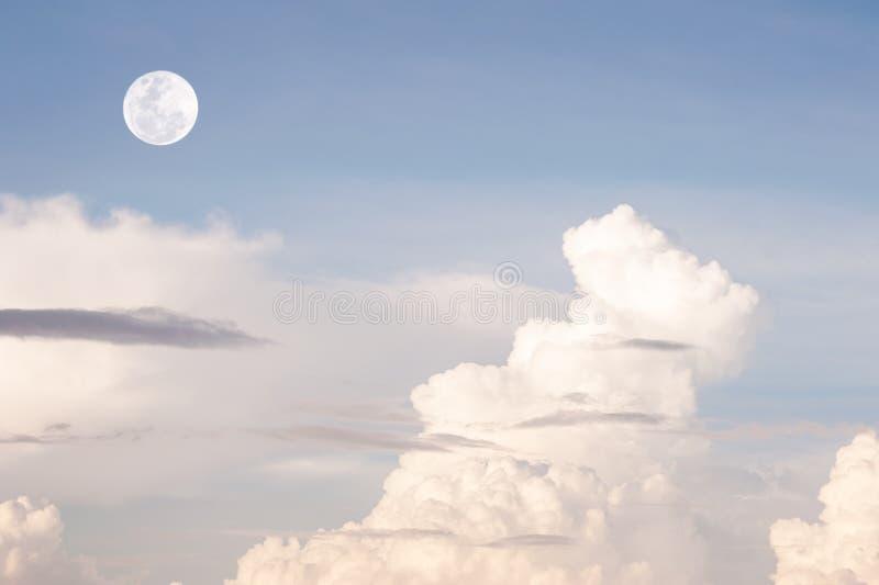 Ciel bleu avec le modèle du nuage blanc et de la lune photos libres de droits
