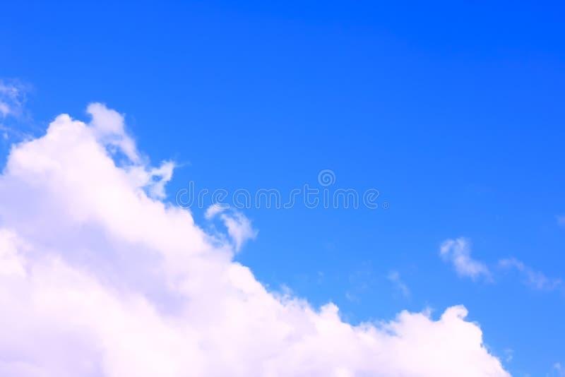 Ciel bleu avec le nuage blanc rosâtre, photo de jour ensoleillé photo stock