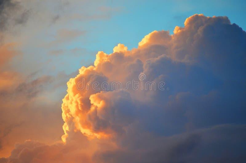 Ciel bleu avec le nuage d'or photographie stock