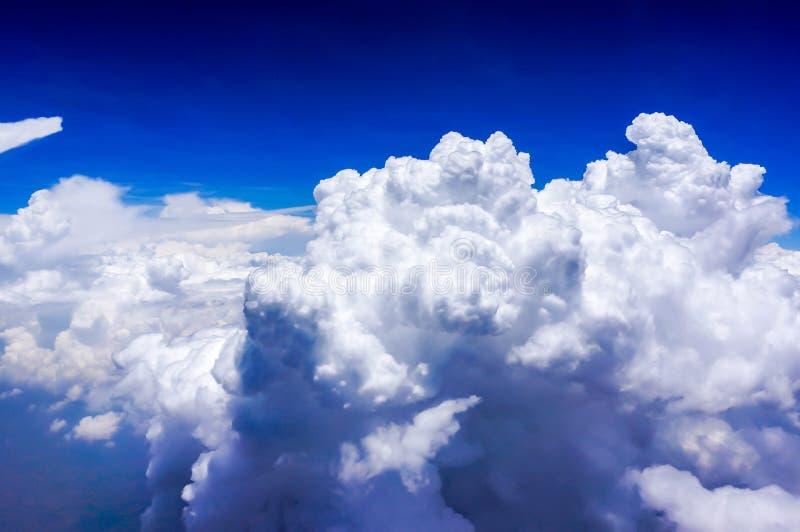 Ciel bleu avec le nuage lourd photographie stock libre de droits