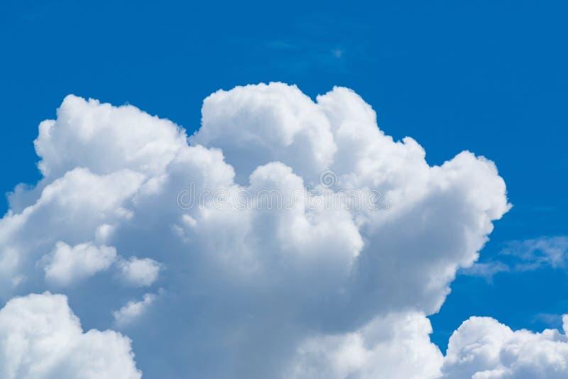 Ciel bleu avec le nuage minuscule mou, cloudscape le jour ensoleillé pour le backg images libres de droits