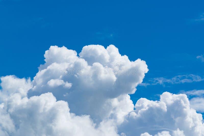 Ciel bleu avec le nuage minuscule mou, cloudscape le jour ensoleillé pour le backg images stock