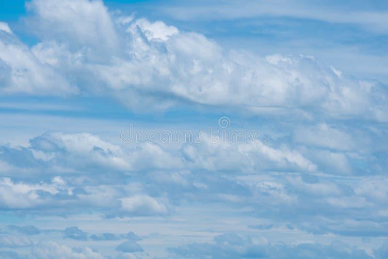Ciel bleu avec le nuage minuscule mou, cloudscape le jour ensoleillé pour le backg photographie stock