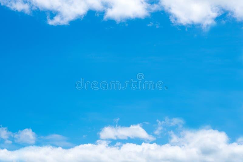 Ciel bleu avec le nuage minuscule mou, cloudscape le jour ensoleillé pour le backg photo libre de droits