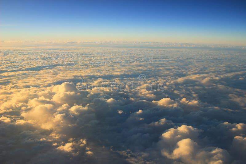 ciel bleu avec le plan rapproché et la lumière du soleil de nuage images libres de droits
