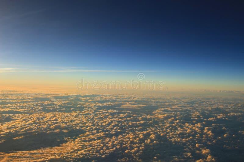 ciel bleu avec le plan rapproché et la lumière du soleil de nuage photo stock