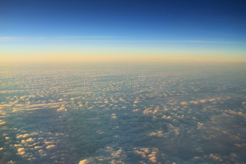 ciel bleu avec le plan rapproché et la lumière du soleil de nuage photos libres de droits