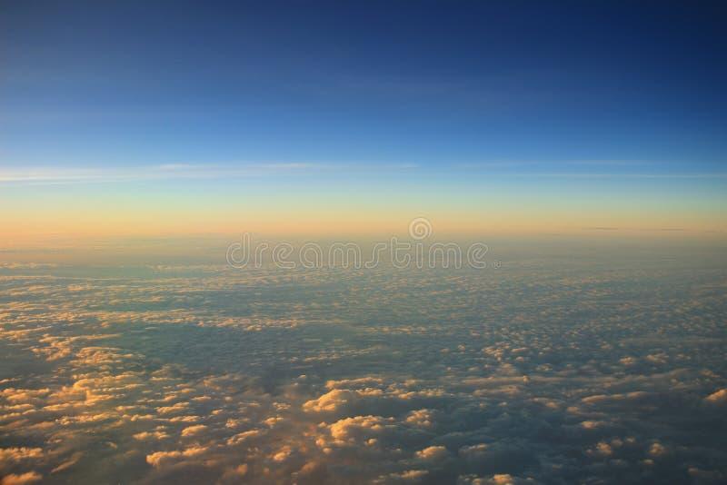 ciel bleu avec le plan rapproché et la lumière du soleil de nuage photographie stock