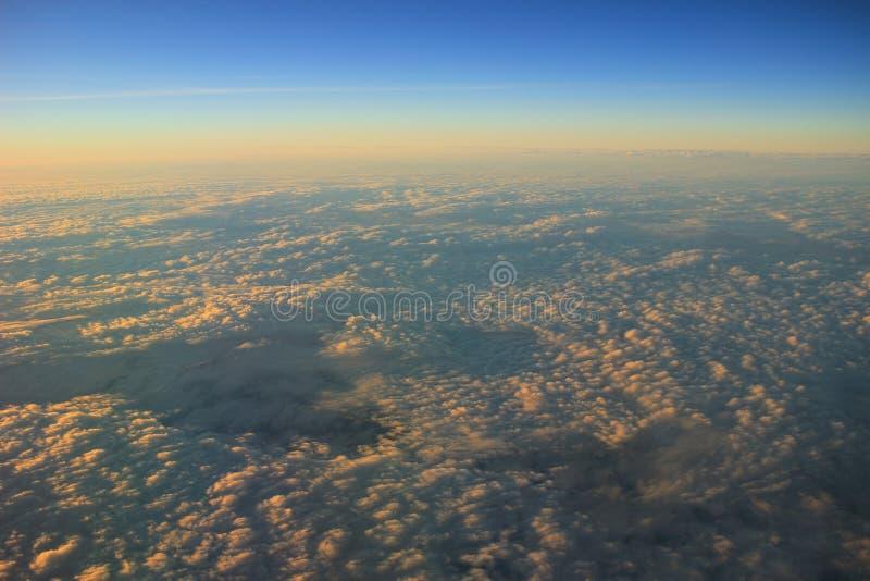 ciel bleu avec le plan rapproché et la lumière du soleil de nuage images stock