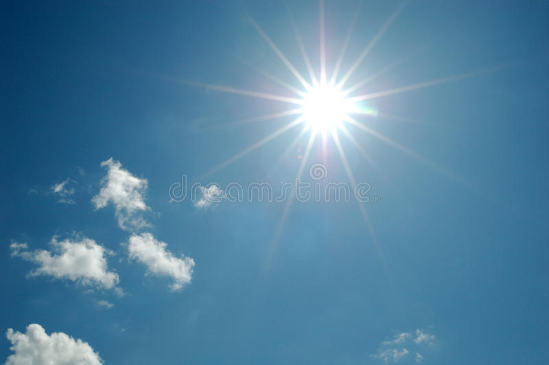 Ciel bleu avec le soleil et des nuages images libres de droits